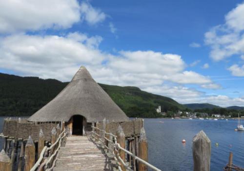 Prehistorische Crannog in Loch Tay bij Pitlochry